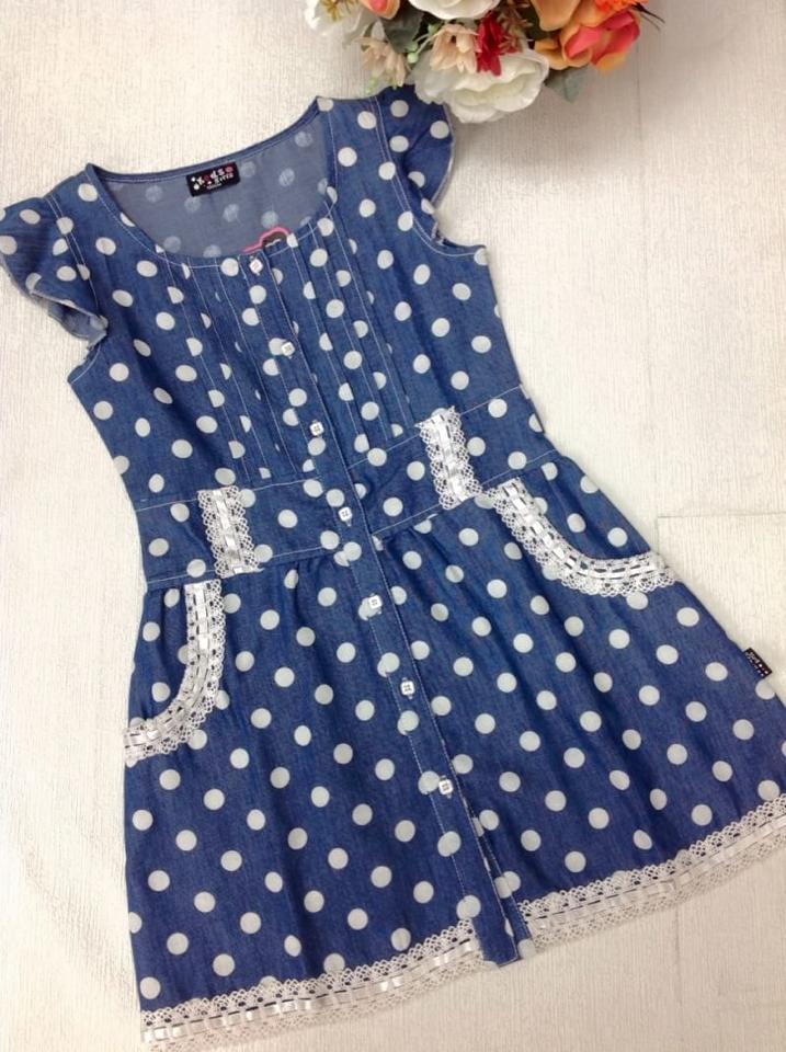(เด็กโต) ชุดกระโปรงยีนส์แขนเลยระบายนิดๆ ลายจุด polkadot ผ่าตลอด แต่งลูกไม้ช่วงกระเป๋า&ชายกระโปรง ผ้าไม่หนา น่ารักมากค่ะ ใส่สบายค่ะ size 130-160