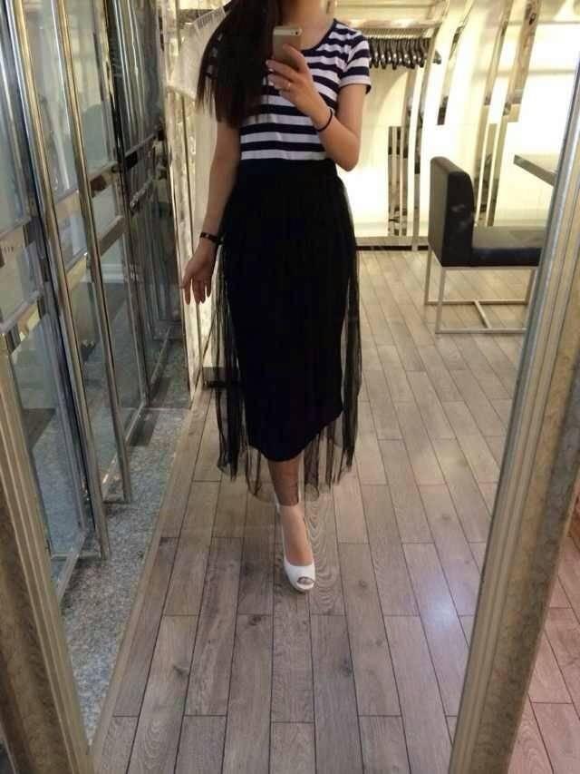(ชุดเด็กโต) ช่วงบนเป็นเสื้อผ้ายืดเด้งๆ ริ้วขาว-กรม ท่อนล่างเป็นกระโปรงยาว ชีฟองสีดำ มีซัปใน สวยจริงๆ น๊า คุณแม่ตัวเล็กใส่ได้จ้า / size 13-17