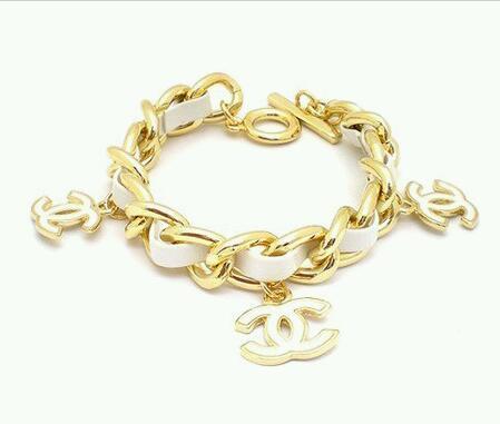 CC White Bracelet สร้อยข้อมือสายหนังสีขาว แต่งอักษรตัว CC