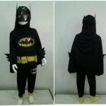 Batman (งานลิขสิทธิ์) ชุดแฟนซีเด็กแบทแมน มีไฟ 3 ชิ้น เสื้อ กางเกง และผ้าคลุม ช่วงแขนแต่งหนามเท่ห์ๆ ให้คุณหนูๆ ได้ใส่ตามจิตนาการ ผ้ามัน Polyester ใส่สบายค่ะ หรือจะใส่เป็นชุดนอนก็ได้ค่ะ size S, M, L, X สำเนา