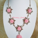 สร้อยคอยาววินเทจ กุหลาบสีชมพูสวยประดับใบไม้สีทองสลับเพชรใสวิ้ง สวยมากค่ะ