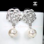 ต่างหู ตุ้มหูเกรด Premium CHANEL Camilia rose pearl เรือนเงินประดับเพชรและปั๊ม logo นูนบนมุกเม๊ดงาม สวยไฮมากๆค่ะคู่นี้ ขนาด 2cm x 3.6cm