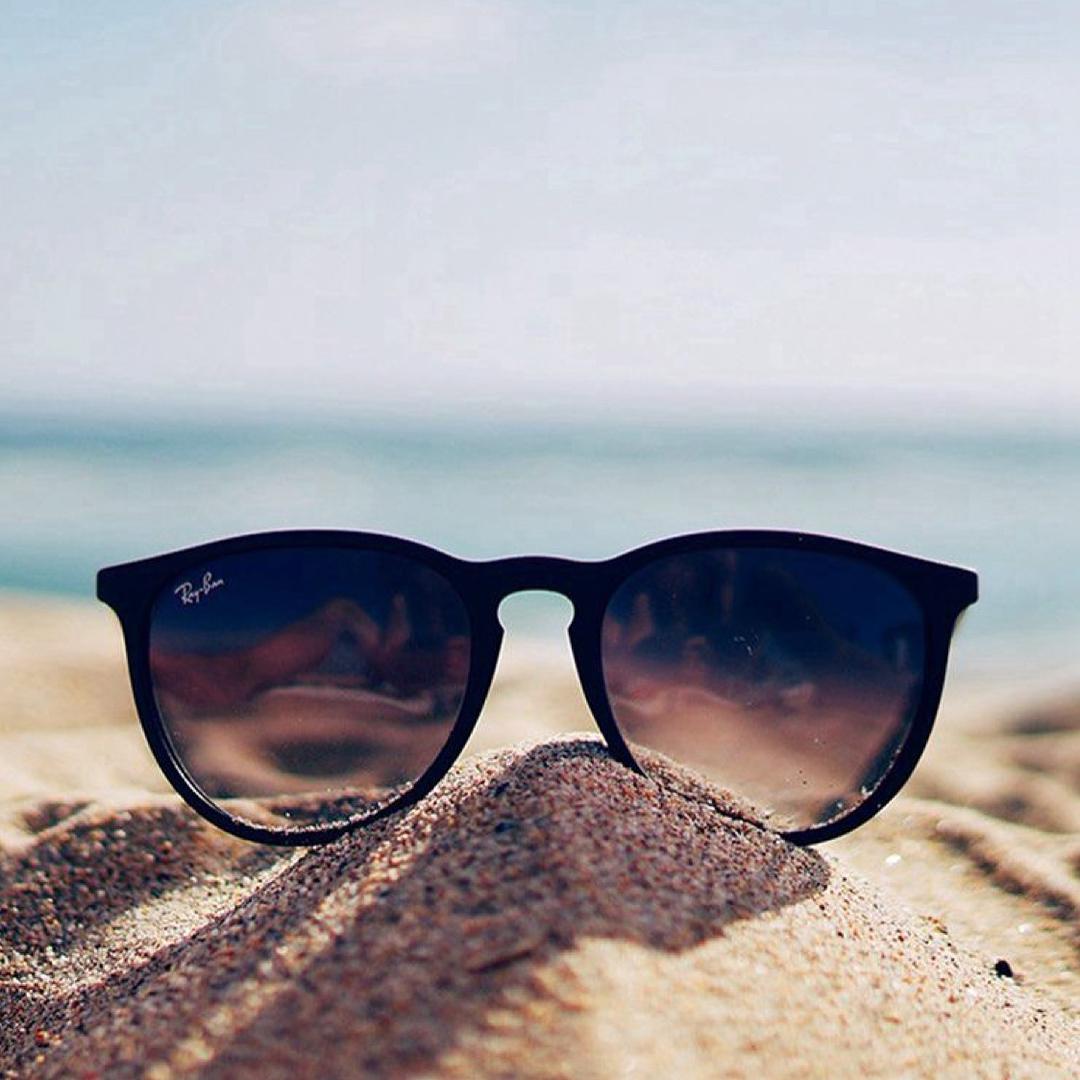 แว่นตากันแดดช่วยป้องกันรังสีอัลตราไวโอเลตในแสงแดด แสงอัลตราไวโอเลต (UV) ที่ทำให้กระจกตาและเรตินาเสียหาย